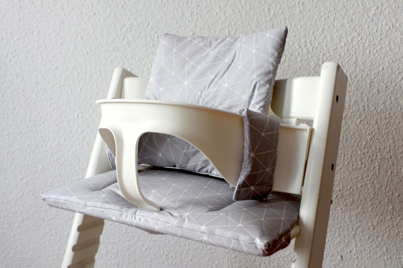 beschichtetes kissenset f r den tripp trapp grau abstrakt lottiklein. Black Bedroom Furniture Sets. Home Design Ideas